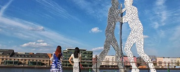 "Skulptur ""Molecule Man"" in der Berliner Spree"